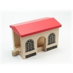 Mały dworzec drewniany, zadaszony