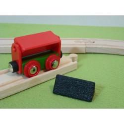 Wywrotka czerwona z węglem do pociągu towarowego